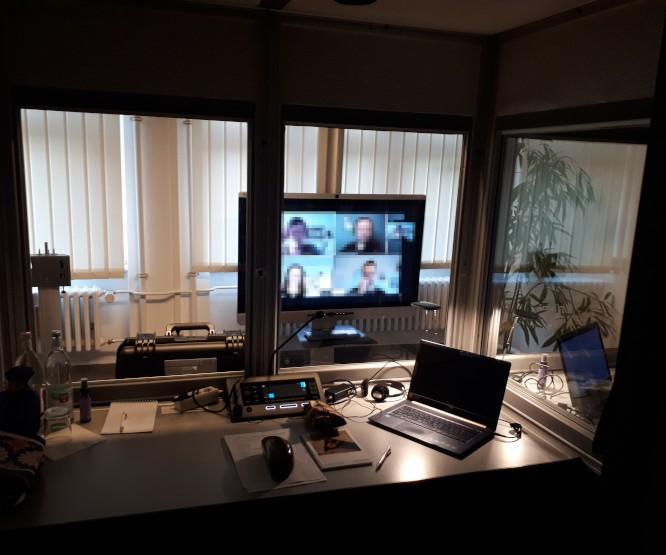Arbeitsplatz eines Dolmetschers beim Remote Interpreting bei Technikfirma