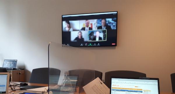 Ferndolmetschen: Screen mit Video-Konferenz